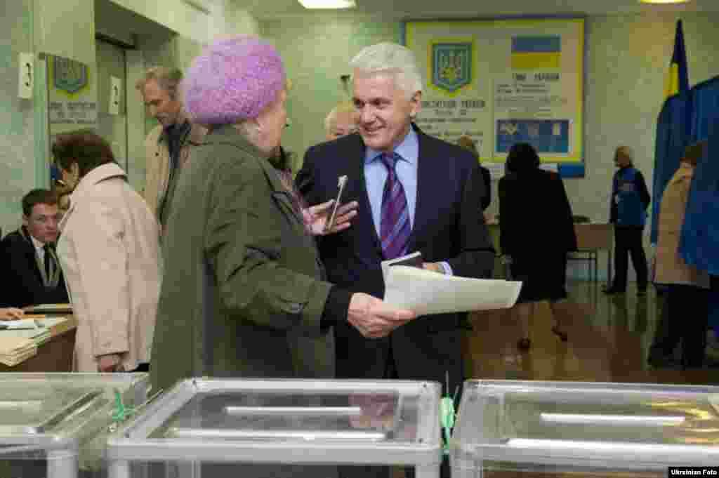 «Абсолютно, я не зможу претендувати (на спікерство), тому що я можу претендувати виключно на те, щоб висловлювати думку й настрій людей, які, я сподіваюся, мене оберуть в 65-ому виборчому окрузі», – сказав Володимир Литвин на виборчій дільниці у Києві.