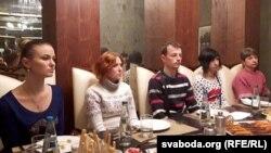Дачка і жонка Генадзя Якавіцкага Аляксандра і Натальля, сястра Сяргея Хмялеўскага Наста Пальчэўская з мужам, Любоў Кавалёва (зьлева направа)