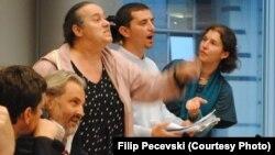 Македонските новинари Мирка Велиновска, Миленко Неделковски и Бобан Нонковиќ предизвикаа скандал во Брисел на панел-дискусија за ситуацијата со медиумите во Македонија. Фото: Филип Печевски.