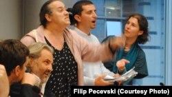 Новинарите Миленко Неделковски, Мирка Велиновска и Бобан Нонковиќ на панел дускусијата за состојбата во македонското новинарство во ЕП во Брисел. Фото: Филип Печевски.
