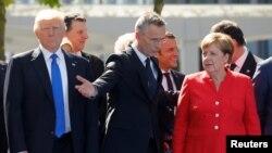 Președintele american nald Trump, Secretarul general NATO Jens Stoltenberg și cancelara Germaniei, Angela Merkel la inaugurarea noului sediu NATO de la Bruxelles, 25 mai 2017