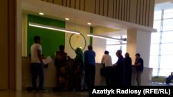 Люди в очереди в больнице в Ашгабате.