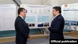 Президент Шавкат Мирзияев с предпринимателем Ойбеком Миралиевым. Фото взято с сайта jahon.uz.