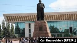 Абай ескерткіші алдына жиналғандар. Алматы, 2 маусым 2012 жыл.