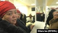 Одна из собравшихся женщин показывает журналисту Азаттыка свои документы. Шымкент, 22 января 2020 года.