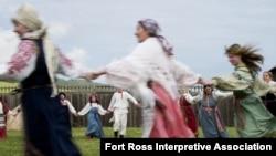 Русские люди танцуют хоровод.