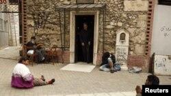 Нищие у входа в одну из церквей в Афинах