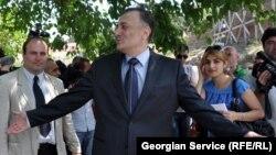 По словам Шалвы Нателашвили, он уже объездил 220 поселков и деревень, в которых получил единодушную поддержку – 55-процентую гарантированную поддержку, и эта тенденция, по его мнению, будет усиливаться