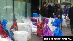 Glasačke kutije i listići na cesti, Tuzla, 8. oktobar