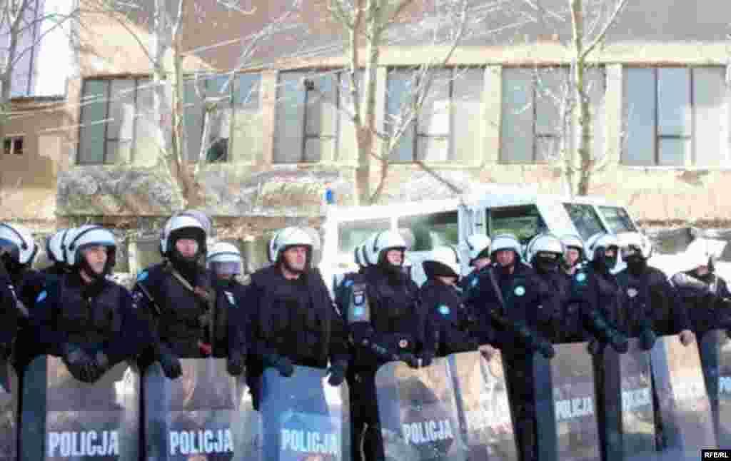Полиция блокировала здание суда, захваченное сербскими активистами. 14 марта 2008