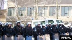 Specijalna policija pred zgradom suda u Mitrovici koju su u jutarnjim satima 14. marta, okupirali protestanti, nekadašnji radnici suda.