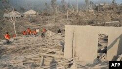 امدادگران در دهکده ای در نزدیکی «مراپی مانت»