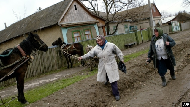 Dimineaţa pe o stradă din satul Hruşova, autonomia găgăuză. O imagine comună multor sate din Moldova.