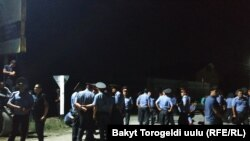 Сотрудники милиции блокируют проезд к селу Кой-Таш. Раннее утро 8 августа 2019 года.