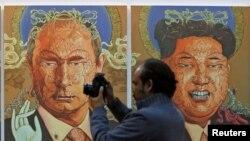 Slike sa likom Vladimira Putina i Kim Džong Una na izložbi u Nju Delhiju, Indija