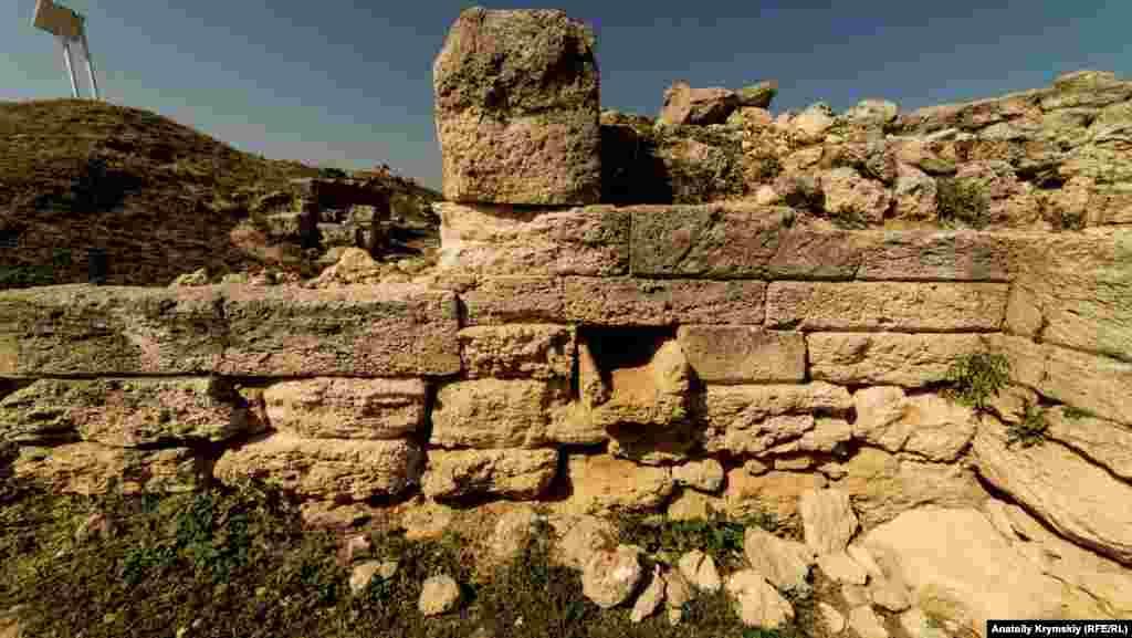 Руины примыкающих к башне жилых помещений