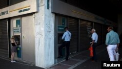 Ljudi čekaju na red ispred bankomata, Atina, 17. juli 2015.