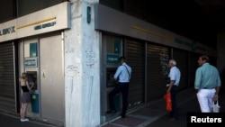 Черги перед банкоматами під закритим банком у Афінах, ніч на 17 липня 2015 року