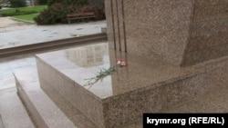Цветы у подножия памятника Т.Г. Шевченко в Севастополе, оставленные поклонниками Кузьмы Скрябина
