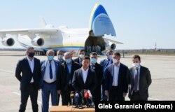 Володимир Зеленський та інші посадовці зустрічають «Мрію» з медичним вантажем із Китаю на летовищі Гостомель, 23 квітня 2020 року