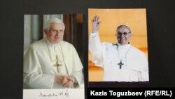 Фотографии предшествующего Папы Римского Бенедикта XVI, подавшего в отставку, и действующего Папы Римского Франциска.