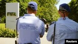 Şweýsariýanyň polisiýasy FIFA-nyň edara jaýynyň öňünde, Zurih, 3-nji iýun, 2015.