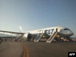 Евакуація пасажирів після термінової посадки на летовищі Такамацу в Японії, викликаної помилкою датчика, 16 січня 2013 року