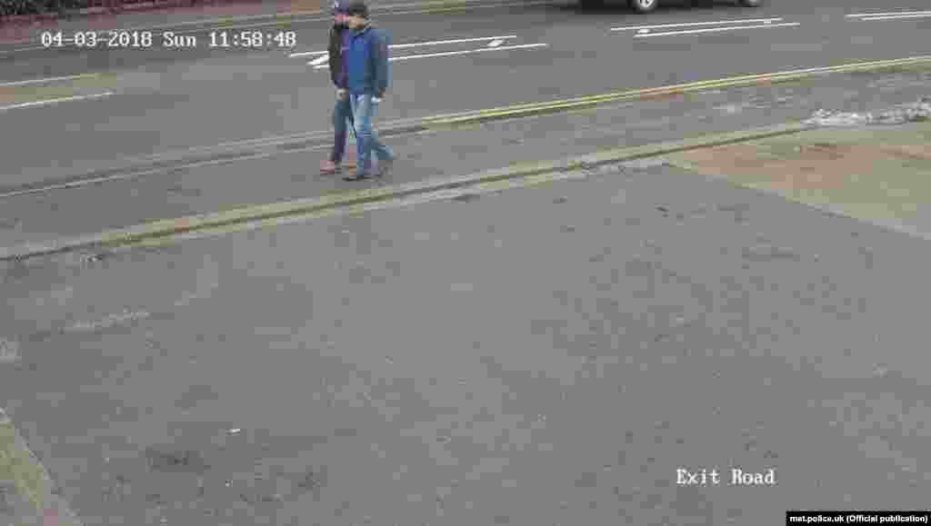 Подозреваемые на Уилтон-роуд в Солсбери 4 марта в 11:58 - в соответствии с данными полиции, непосредственно перед моментом, когда они применили яд. Кадр с камеры слежения.
