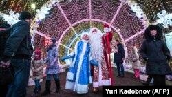 Актори, перевдягнені в Діда Мороза та Снігуроньку, в центрі Москви, 28 грудня 2017 року