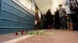 """Цветы в память о жертвах теракта на станции """"Лубянка"""" в 2010 году в Москве"""