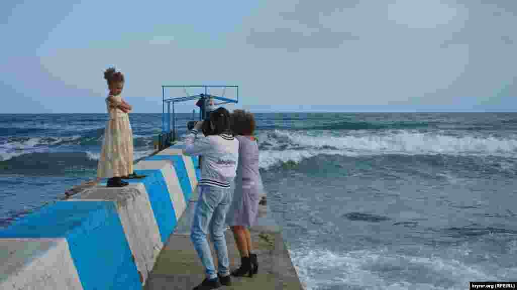 «Маленькая» фотосессия на фоне волнующегося моря