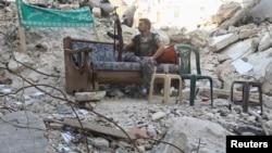 Սիրիա - Զինյալ ապստամբը Հալեպի շենքերից մեկի ավերակներում, հուլիս, 2013թ․