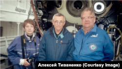 А. Тиваненко у батискафа (крайний справа)