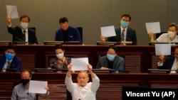 Вакилони ҷонибдори демократия дар ҷаласаи маҷлиси Ҳонгконг аз қонуни нави амният эътироз мекунанд. 7 июл, Ҳонгконг