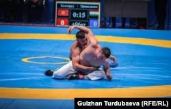 Кыргызстандын балбан Нурбек Кожобеков чейрек финалда күрөшүп жатат.