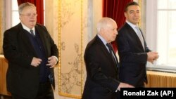 Greek Foreign Minister Nikos Kotzias (left), UN envoy Matthew Nimetz (center), and Macedonian Foreign Minister Nikola Dimitrov arrive for talks in Vienna on March 30.