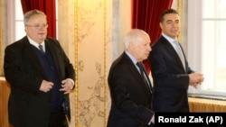 Шефовите на дипломатиите на Македонија и на Грција Никола Димитров и Никос Коѕијас со медијаторот на Обединетите нации Метју Нимиц, Виена 30.03.2018.