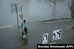 Чоловік рятується від великої води у Г'юстоні, Техас