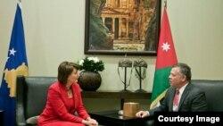 الملك عبد الله في لقاء مع رئيسة كوسوفو عاطفة يحيى آغا على هامش المنتدى الاقتصادي.