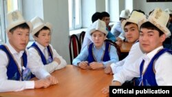 Мектеп окуучулары улуттук баш кийим менен. Бишкек, февраль.