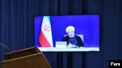 حسن روحانی در حال ارائه گزارش ویدئویی به رهبر جمهوری اسلامی در هفته دولت