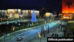 Pamje e Tiranës me dekorimet për festat e fundvitit
