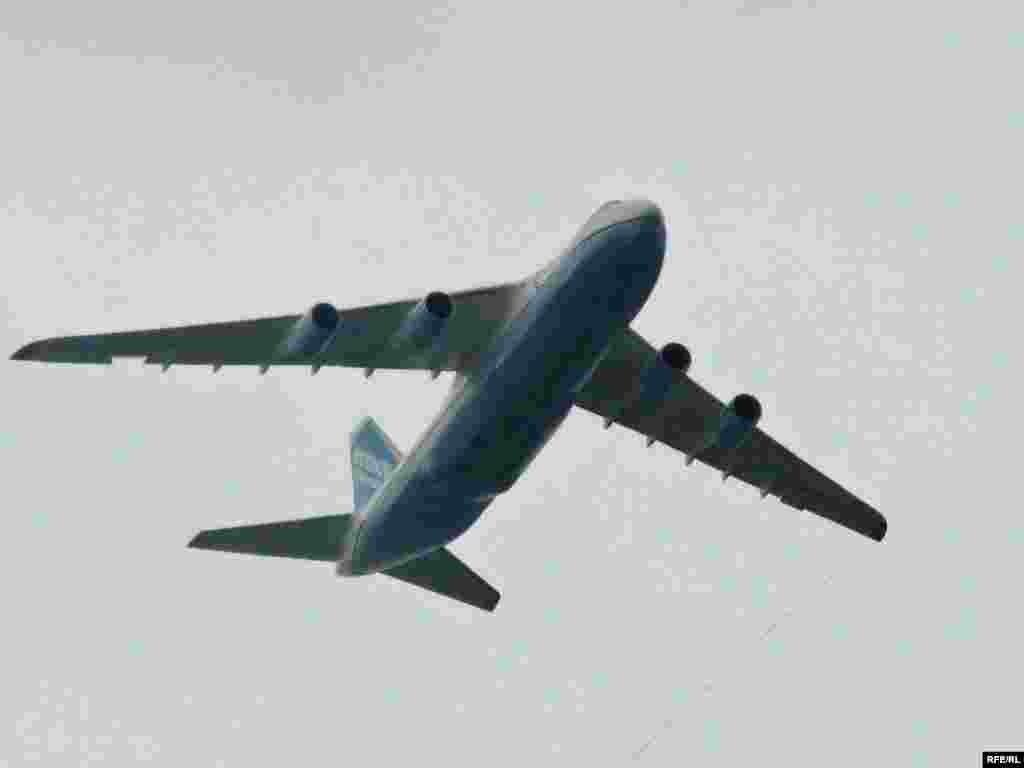 Парад в Києві. День Незалежності 24 серпня 2009 - Транспортній літак «Руслан» викликав надзвичайний інтерес публіки