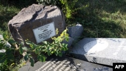 Зруйнований пам'ятник депортованим лемкам у селі Переможне Луганської області, 23 вересня 2015 року