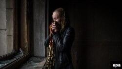 Женщина плачет в сгоревшем здании Дома профсоюзов в Одессе