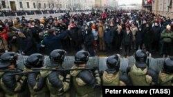 Az orosz Készenléti Rendőrség áll szemben az ellenzéki tüntetőkkel a szentpétervári kormányépület előtt 2021. január 31-én