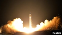 Hwasong-15 континент аралык баллистикалык ракетасы сыналган учур. 29-ноябрь, 2017-жыл.