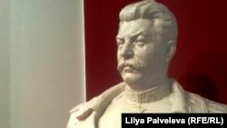 Фарфоровый бюст Сталина в музее.