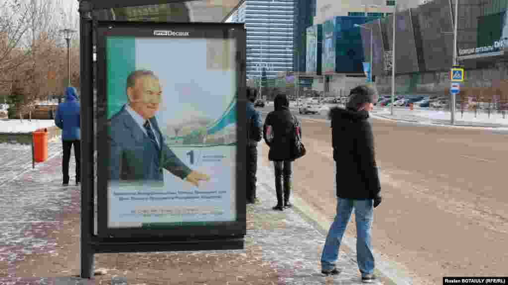 Изображение президента Нурсултана Назарбаева на автобусной остановке. Астана, 1 декабря 2014 года.