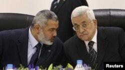 محمود عباس (راست) رهبر تشکیلات خودگردان فلسطینی و اسماعیل هنیه، رئیس دفتر سیاسی حماس.